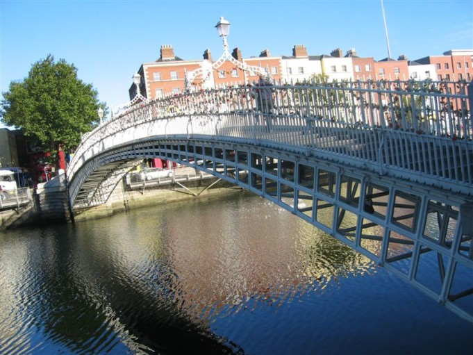 Photo du Ha Penny bridge à Dublin, Irelande