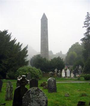 Photo de Glendalough, dans le cimetière sous la brume