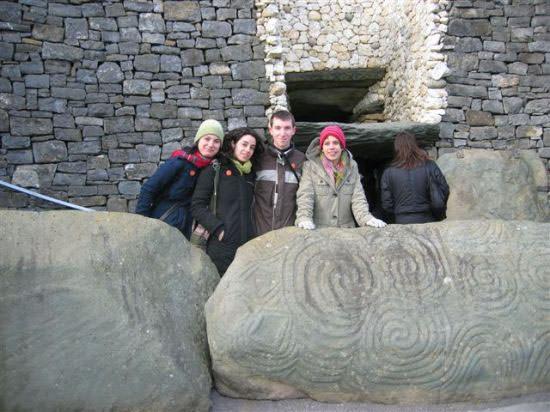 photo de groupe en voyage à Newgrange