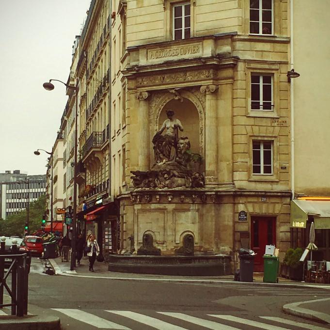 Une fontaine à l'écart du sentier de la grande randonnée de Paris...