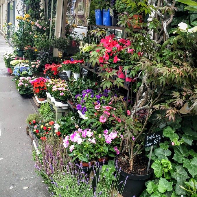 Un fleuriste en chemin sur le sentier de Paris à pied...