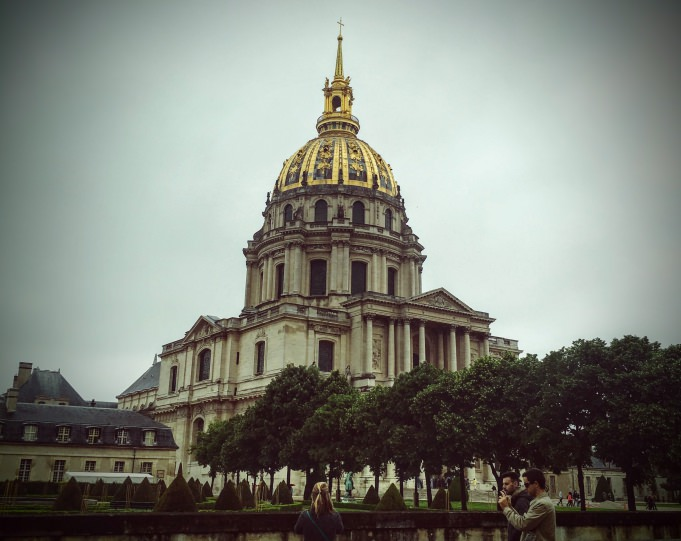 l'hôtel des Invalides de Paris sous la pluie