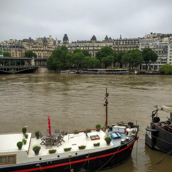 Une péniche sur la Seine, sur le sentier de Paris à pied...