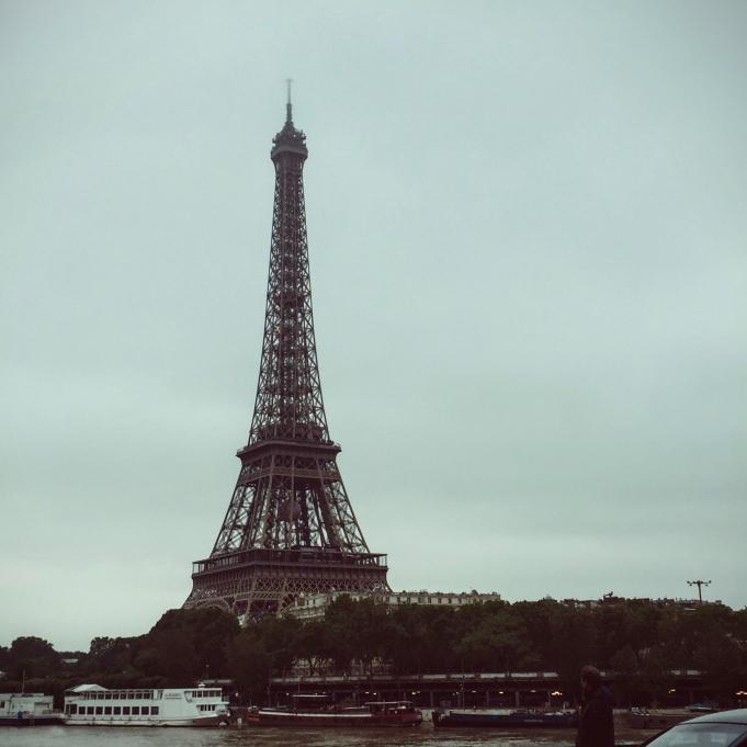 La tour Eiffel sur le sentier de grande randonnée de Paris à pied...