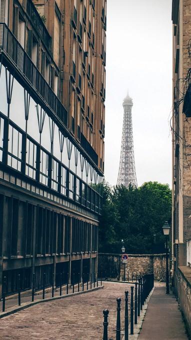 La tour Eiffel sous la brume. sur le parcours de la grande randonnée de Paris