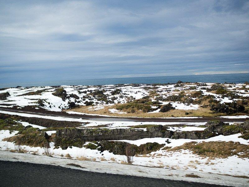 La mer, au loin pendant notre road trip en Islande...